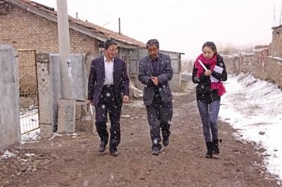 海北州海晏县青海湖乡工作人员走访辖区居民