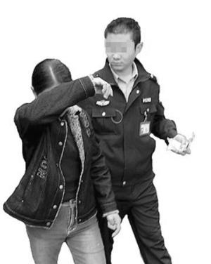 突然跳出一个女生头像来,请求加李建为qq好友.