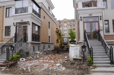 很多联排别墅的业主纷纷在两栋房子之间的空地上打起