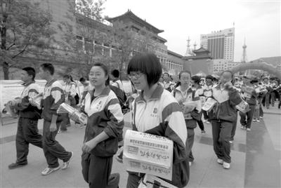 5月28日,西宁市虎台中学学生及社会志愿者走上街头开展售卖报纸体图片