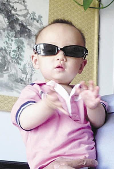 带墨镜的小孩qq头像