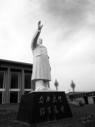 海琢木雕像