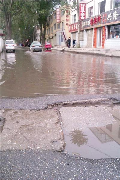 西宁市城东区泰阳国际停车场,附近楼房墙体的保温层掉落,一辆宝马图片