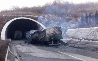 1日,晋济高速岩后隧道 3 1 特别重大道路交通危化品燃爆事故现场