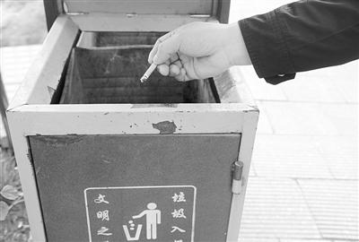 ←尚未熄灭的烟头被扔进了垃圾桶