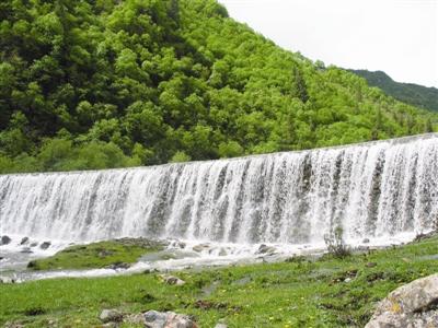 春天绿色瀑布白云