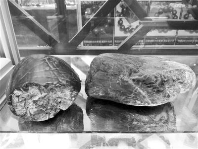 色彩好看的小块陨石雕刻成镯子,佩饰,将大块的陨石雕刻成摆件,受到不